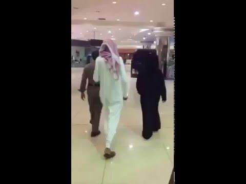 شاب يرتدي العباءة بين المتسوقات وفسخون عباءه داخل مول بالطائف thumbnail