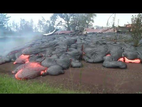 Как извержения вулканической лавы уничтожает все на своем пути на Гавайях
