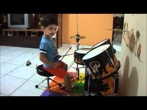 Bebê de 2 anos tocando bateria- FILIPE (2° vídeo)