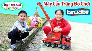 BÉ HUYỀN CHƠI MÁY CẨU TÌM TRỨNG ĐỒ CHƠI | Toy crane bruder looking for eggs 💚 Giai tri cho Be yeu