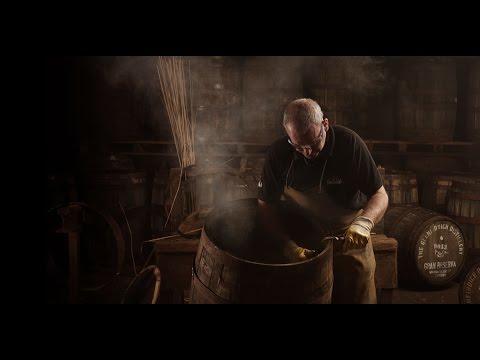 Обжиг дубовой бочки для виски