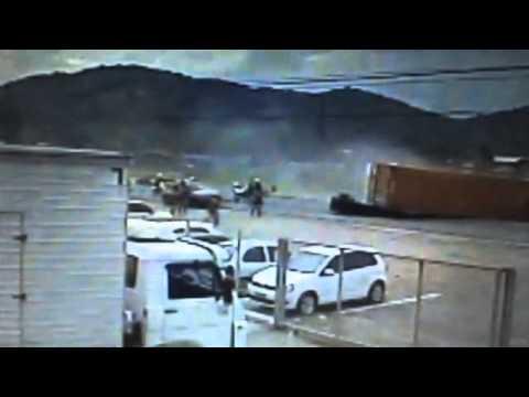 PRF divulga vídeo em que caminhão tomba sobre carro que fugia da polícia.