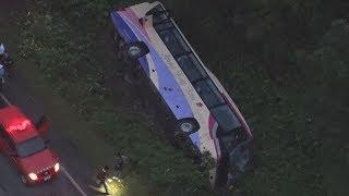 観光バス横転、40人搬送