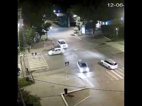 Таксист сбил людей на зебре