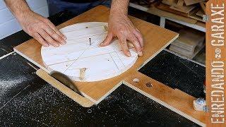 Cortar círculos de madera en la sierra de mesa