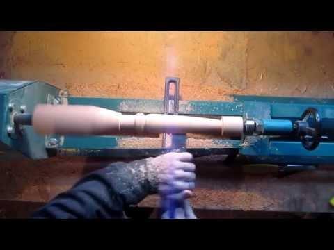 Процесс точения ножки на токарном станке по дереву.