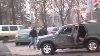 SUV gang attack on tough old school guy, roadrage in Moscow