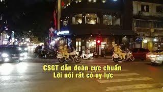 CSGT thét ra lửa khiến xe cộ 2 bên nép hết vô lề dù đang kẹt cứng khi dẫn đoàn VIP