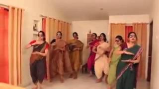 Indian ladies dace - lungi dance song yo yo honey singh