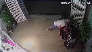 Camera quan sát: Trộm xe PCX trong tích tắc