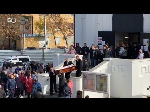 Сотни людей пришли проститься с убитой девочкой в Саратове