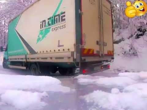 Почтовый грузовик дрифтит на серпантине в Боснии