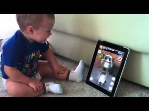 Малыш разговаривает с говорящим котом Tom Cat на айпад))
