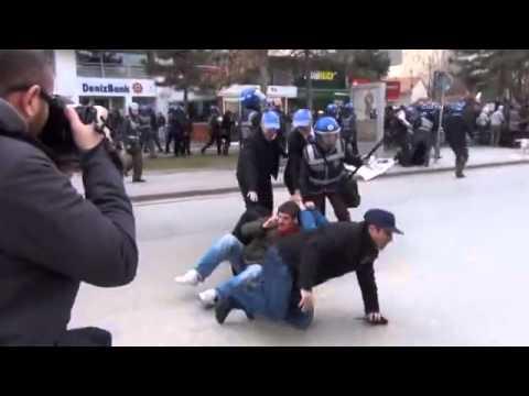Sivil polis, üniversite öğrencisinin üstünde tepiniyor!