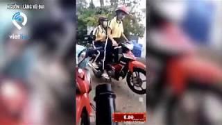 Hai nữ sinh ngã cắm đầu khi bốc đầu xe máy