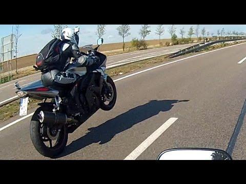 Gefilmt mit 2 GoPro Kameras. Jeweils eine an einem Motorrad. Beschleinigung vom 1. Gang. Yamaha R6 - 120PS Honda CBR 600 RR - 114PS Visit us on Facebook: htt...