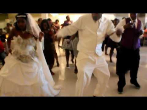 BEST WEDDING WOBBLE LINE DANCE {BRIDE, GROOM, WEDDING GUEST}