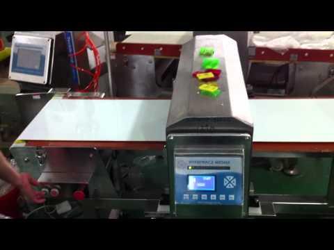 Металлодетектор на куриных полуфабрикатах.MOV