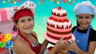 MARIA CLARA É COZINHEIRA POR UM DIA E FAZ BOLO DE ANIVERSÁRIO Pretend Play happy birthday with daddy