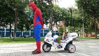 Cảnh Sát Giao Thông bắt Người Nhện vi phạm lỗi ở công viên ♥ Kids Police Motorcycle