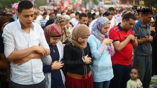 La vidéo des femmes qui prient à coté des hommes