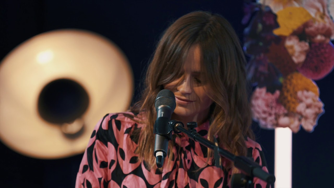 """Gabrielle Aplin - 「Youtube Space London」からピアノ弾き語りによる""""Dear Happy""""など3曲のライブ映像を公開 thm Music info Clip"""