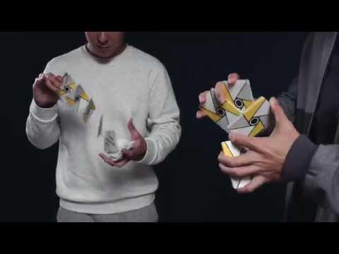 Garoto faz movimentos incriveis com cartas