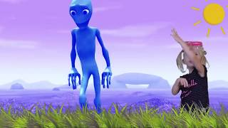 kids and Green Alien Dancing! Learn colors with Funny Babies and green human dame tu...