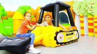 Видео Маша Капуки Кануки и Эпл Спраут: надувные детские игрушки - Экскаватор. Машинки для детей