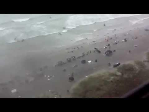 عاصفة  بشاطئ مارتيل تدخل الرعب في صفوف المصطافين.FLV