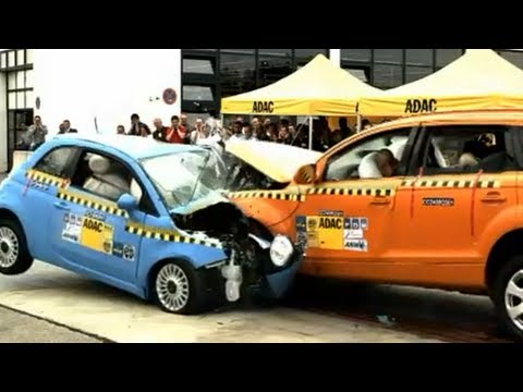 Crashtest Audi Q7 vs. Fiat 500