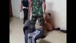 Genster Menjerit TNI Hajar Salah Satu Anggota Gangster Kejam