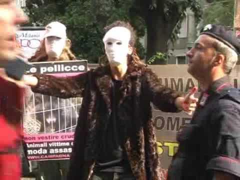Filmato del corriere tv: protesta davanti alla fiera di Milano durante la sfilata di MaxMara