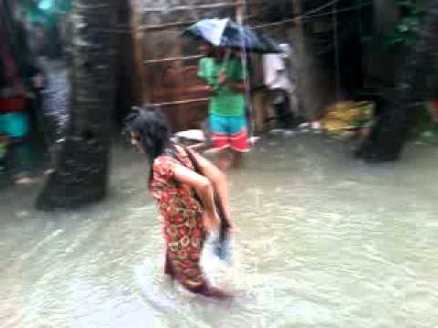 Funny Video Of Slum Girl In Rainy Monsoon...