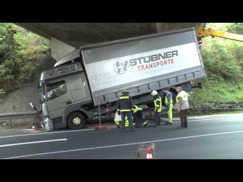 Husten am Steuer - LKW rutscht über Leitplanke