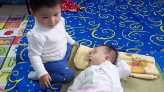 """Bé 1 tuổi ru bé 3 tháng tuổi...."""" À a à à ơiiii"""" ... Dễ thương quá😍"""