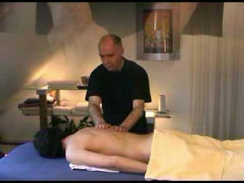 Beeld van mijn massage. De hele langzame maar stevige strokes (wat je ziet, is geen slow motion) geven een heerlijke ontspanning: lichamelijk, geestelijk en ...