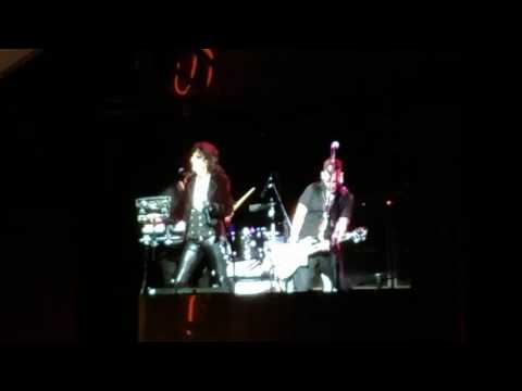 Joe Perry leaves stage, EMTs rush to him