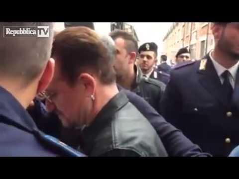 Milano, Bono va da Fazio ma prima firma au…