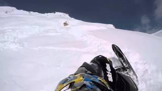 スノーモービルで走っていると巨大な雪崩に巻き込まれた。