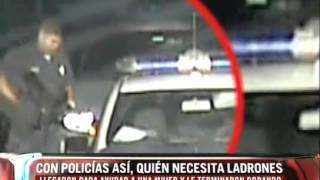 Cámara de seguridad graba a dos policías robando a una mujer desmayada