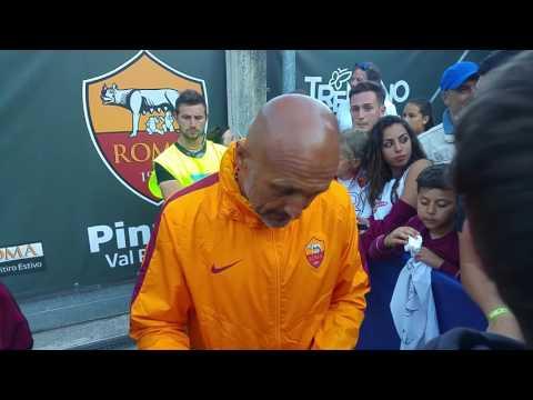 Luciano Spalletti riceve l'affetto dai tifosi e si concede per foto e autografi