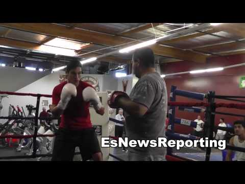 mexican boxing champ el dorado reyes working mitts EsNews Boxing