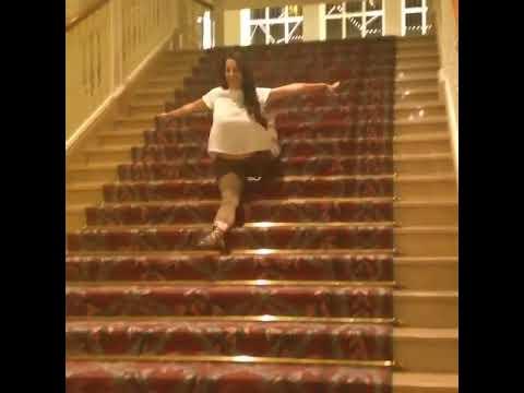 【一発芸】180度開脚で階段を滑り落ちる女性