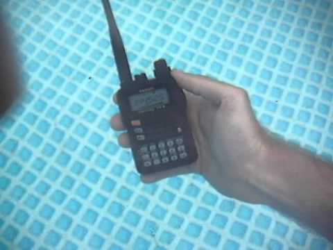 Wodoodporny Yaesu VX-6 w basenie