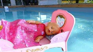 La Poupée BABY BORN dort dans la PISCINE