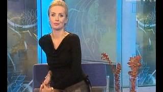 Agnieszka Szulim w czarnych rajstopach