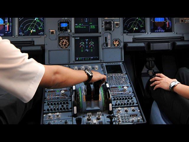 راهنمای کابین هواپیما؛ قفل در چطور باز و بسته میشود؟