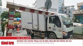 Khung sắt hàng trăm kg bị kéo ngã đè hư hỏng xe tải