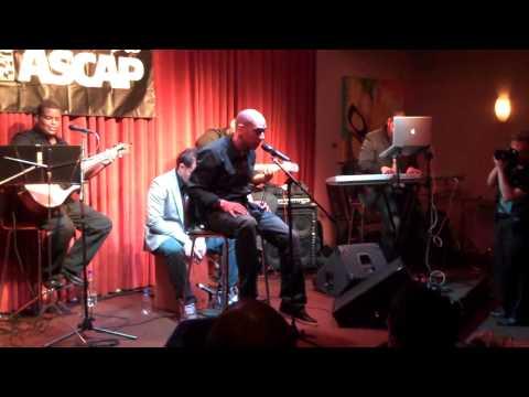 El poeta Urbano Yomo muestra una vez mas su versatilidad al cantar de otra manera cuando se presento en el Showcase de ASCAP como parte de las actividades de la celebracion de los Latin ...